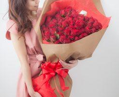 バラの花束でプロポーズ